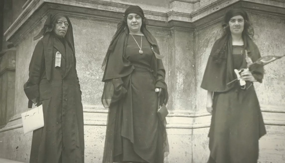 Au centre : la féministe egyptienne Huda Sharawi - 1920